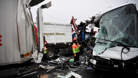 Car hit a coach in Freance,16-year-old girl was killed and five injured when a car hit a coach.,69 injured, one dead in grim day on French roads,Sixty-five people were injured in a pile-up on a French motorway,La voiture a frappé un entraîneur dans Freance, une fille de 16 ans a été tuée et cinq blessés quand une voiture a frappé un entraîneur., 69 blessés, un mort dans la journée sombre sur les routes françaises, Soixante-cinq personnes ont été blessées dans un pile-up sur Une autoroute française,