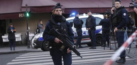 Fires on Attacker Near Louvre Museum,Louvre Museum,Soldier Fires on Attacker in Paris, Louvre museum in Paris